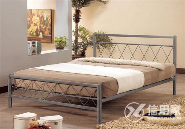 Người ngủ trên giường sắt có những nguy hiểm gì ?